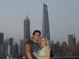 """Wir vor dem """"Flaschenöffner"""" - einstmals das höchste Gebäude der Welt"""